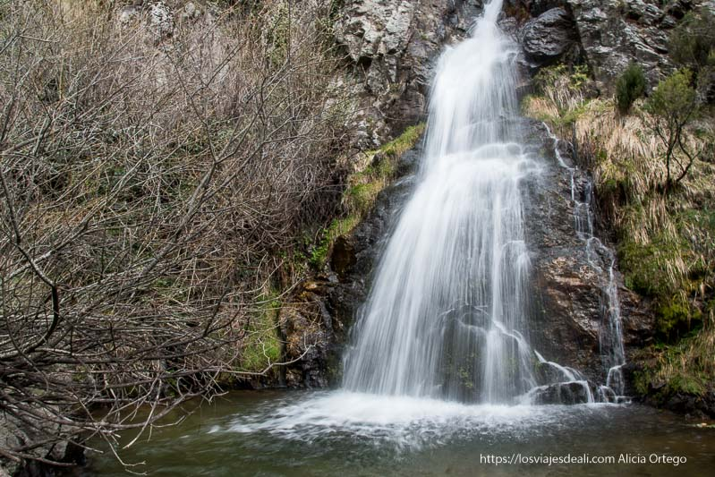 cascada cancho del litero con agua cayendo con efecto seda