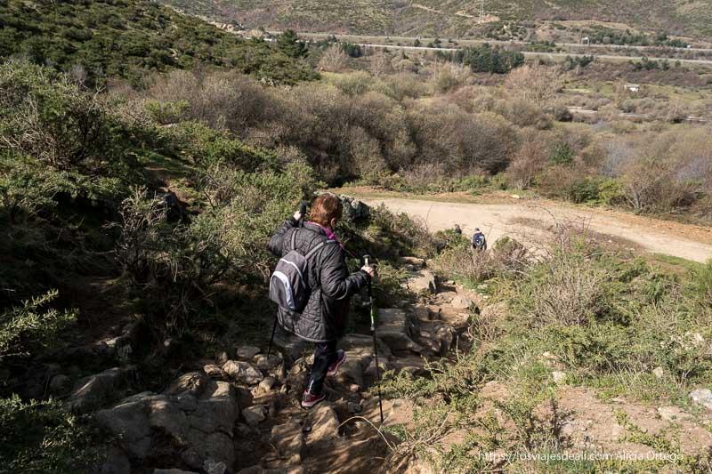 mi madre bajando por el sendero de piedras para llegar a la pista principal