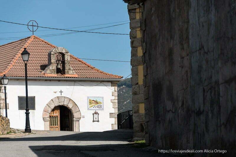 ermita de somosierra con fachada encalada y dintel de granito en forma de arco en la puerta