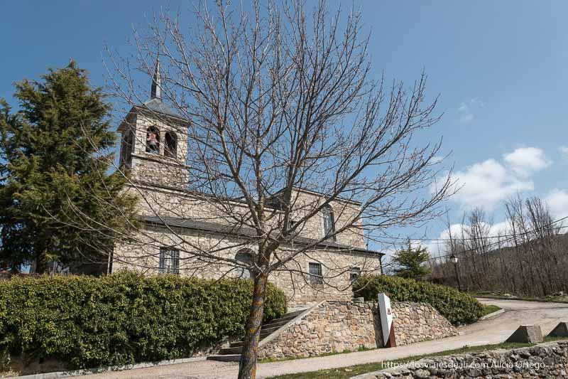 iglesia de nuestra señora de las nieves de Somosierra con campanario con tejado de pizarra negra