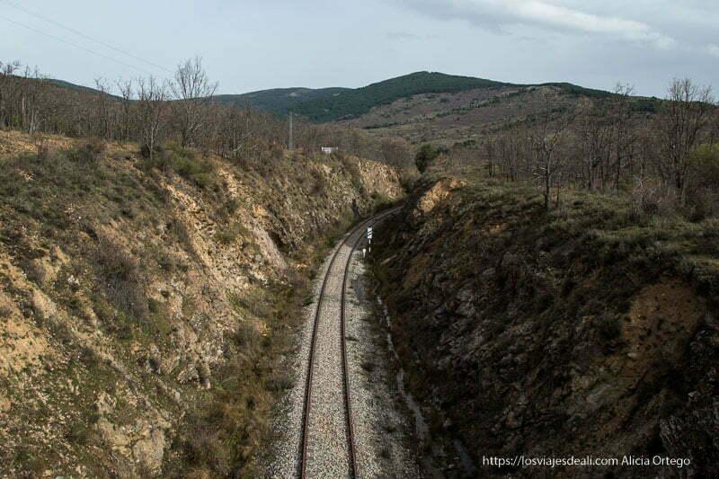 vía de la línea madrid-irun hoy abandonada