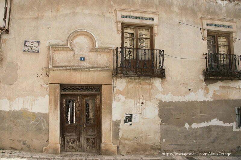 fachada antigua con balcones de hierro