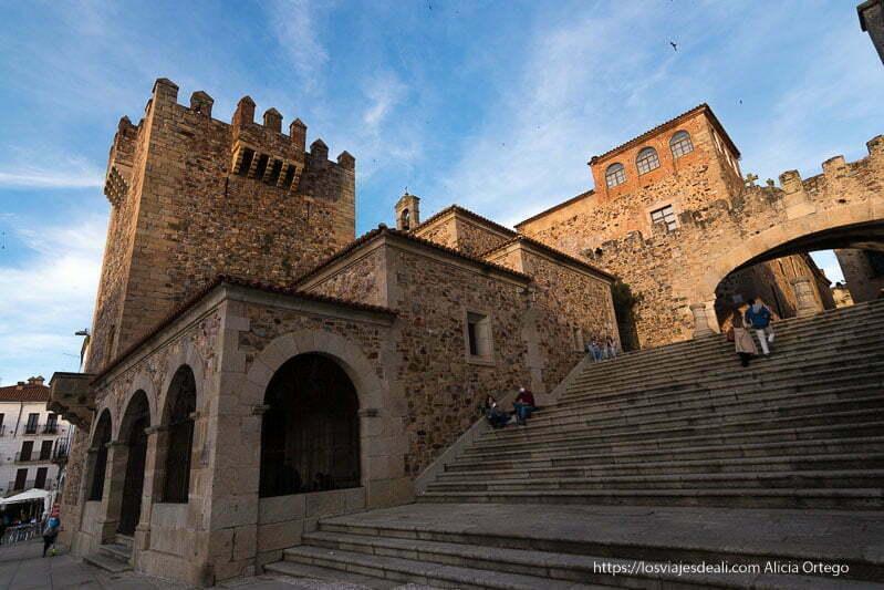 escaleras que suben al arco de la estrella y torre medieval en piedra