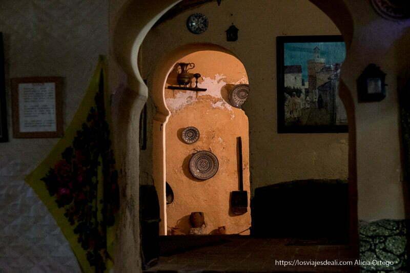 interior de casa árabe con arcos que dan paso a las habitaciones y decoración de cerámicas en la pared