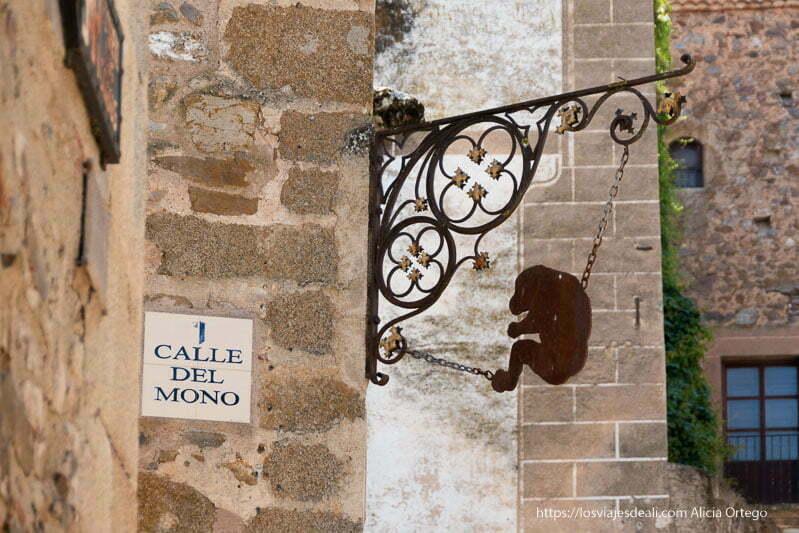 letrero que dice calle del mono y placa con figura de un mono en la esquina