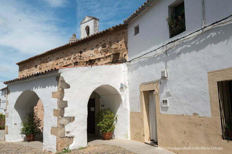 ermita de San antonio con soportal con arcos encalados