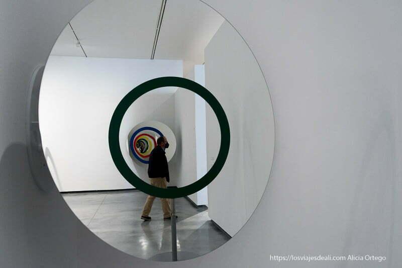 sala del museo helga de alvear con círculos formando una línea concéntrica