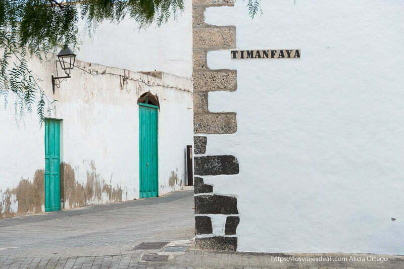 esquina de calle timanfaya en teguise con dos puertas verde turquesa