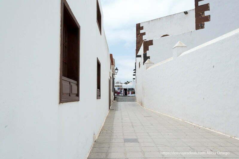 callejón de la sangre de Teguise entre muros blancos de la iglesia y un palacio