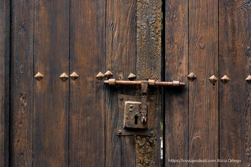 cerradura de hierro en puerta de madera marrón antigua