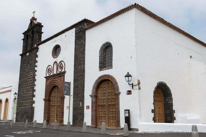 convento de teguise con campanario de lava y puertas con arcos