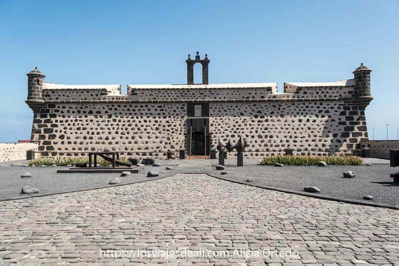 fachada del castillo de san josé en piedra volcánica y enfoscado blanco
