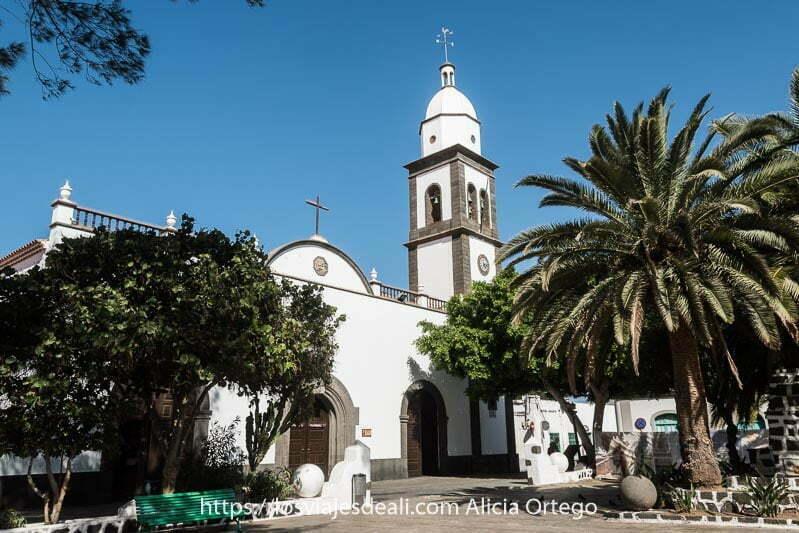 iglesia de san ginés de Arrecife con campanario blanco y piedra de lava