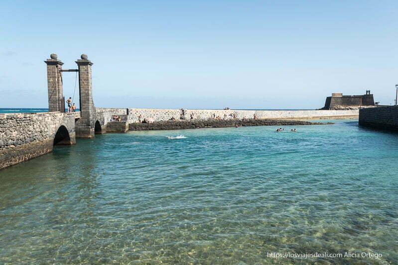 puente de bolas de arrecife y castillo