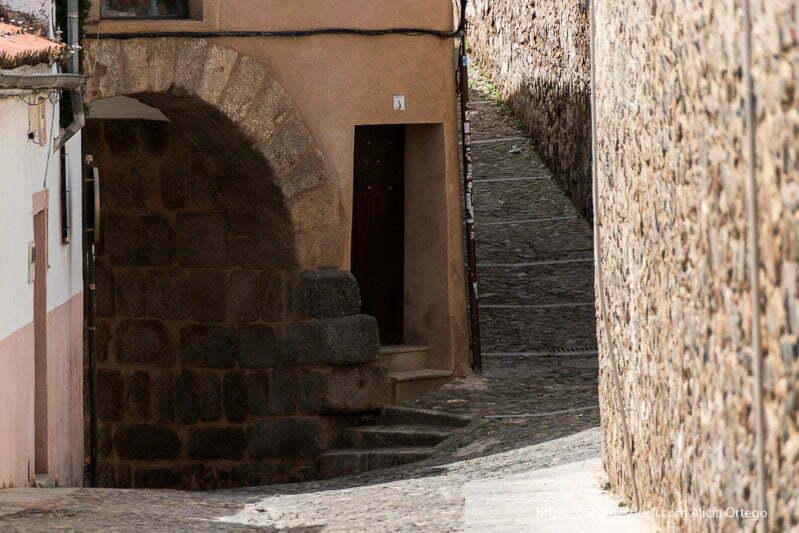 puerta antigua de cáceres con sillares romanos