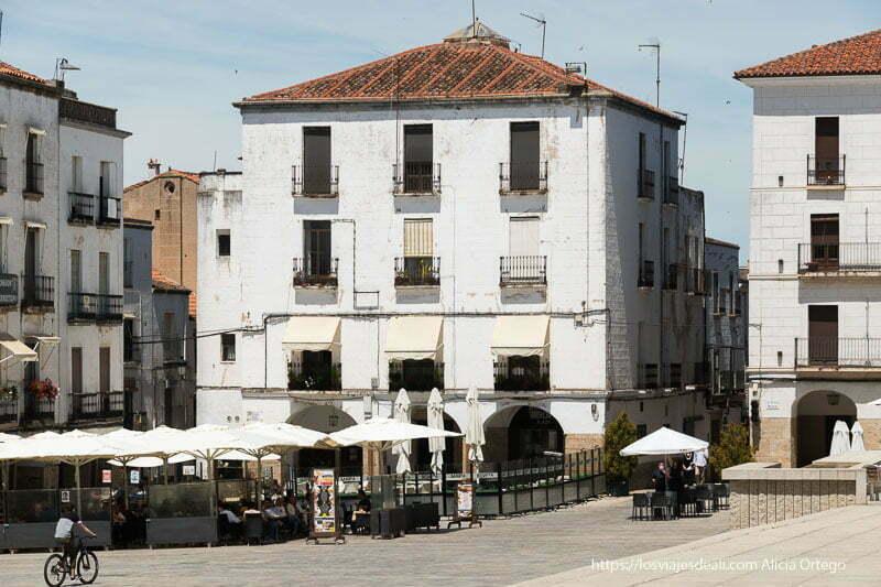 casas blancas con balcones y soportales en la plaza mayor de cáceres