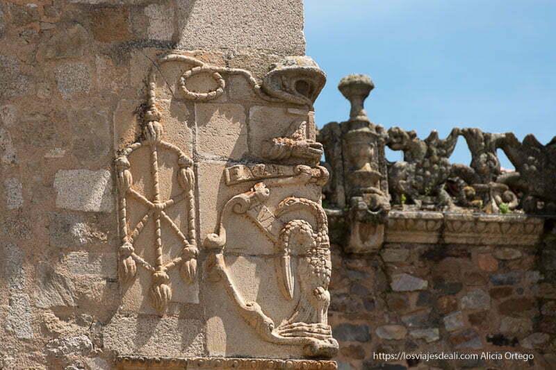 escudo de piedra en esquina del palacio de los golfines de abajo