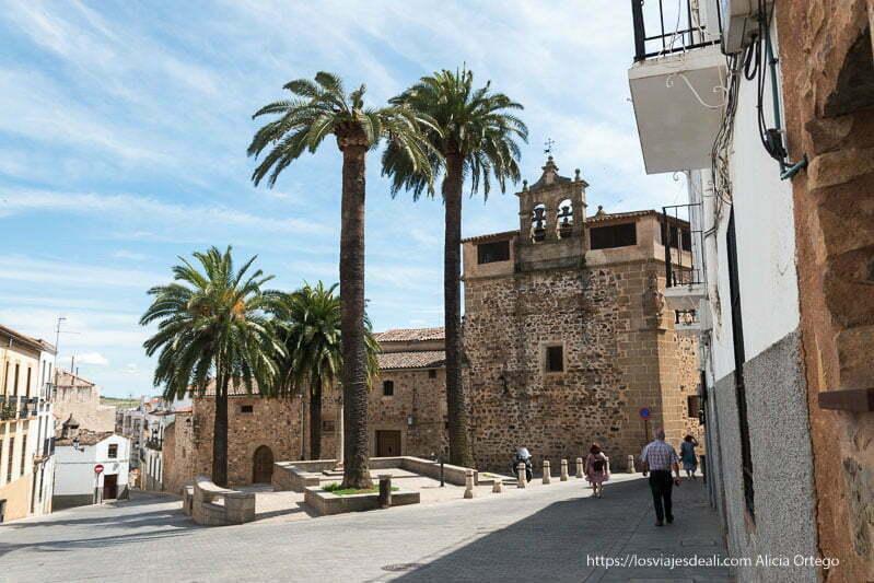convento con campanario y cuatro palmeras en la plaza cáceres en un fin de semana