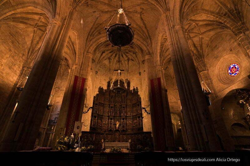 altar de la concatedral con gran altar barroco en madera oscura