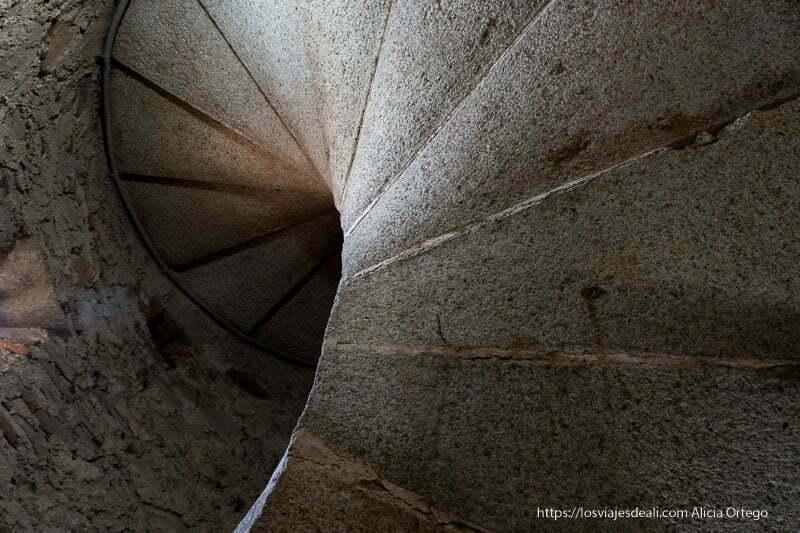 subiendo por escalera de caracol a un campanario