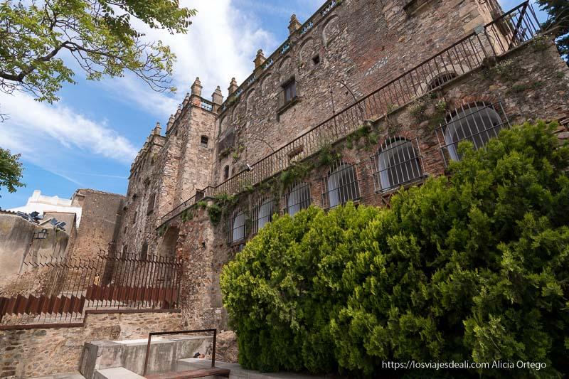 fachada posterior del museo de cáceres o palacio de las veletas