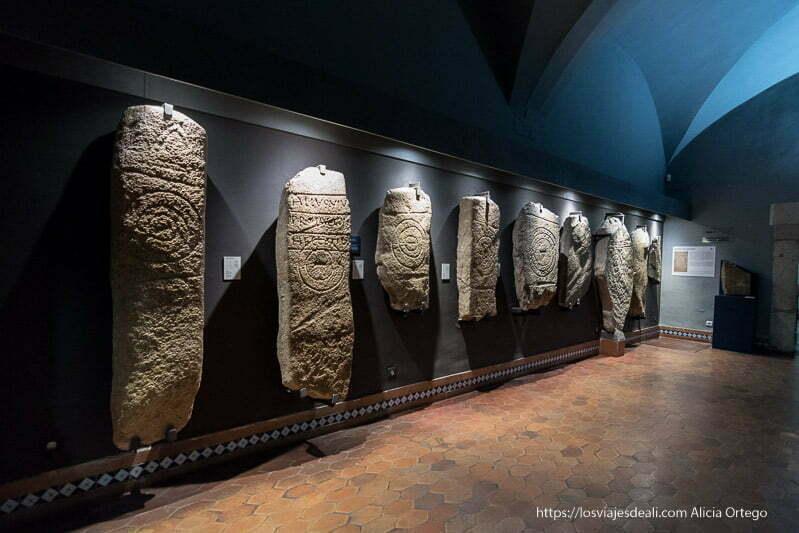 sala del museo de cáceres con estelas de la edad de bronce con grabados