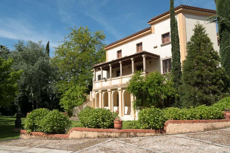 casa pedrilla con balcón con columnas y jardines alrededor