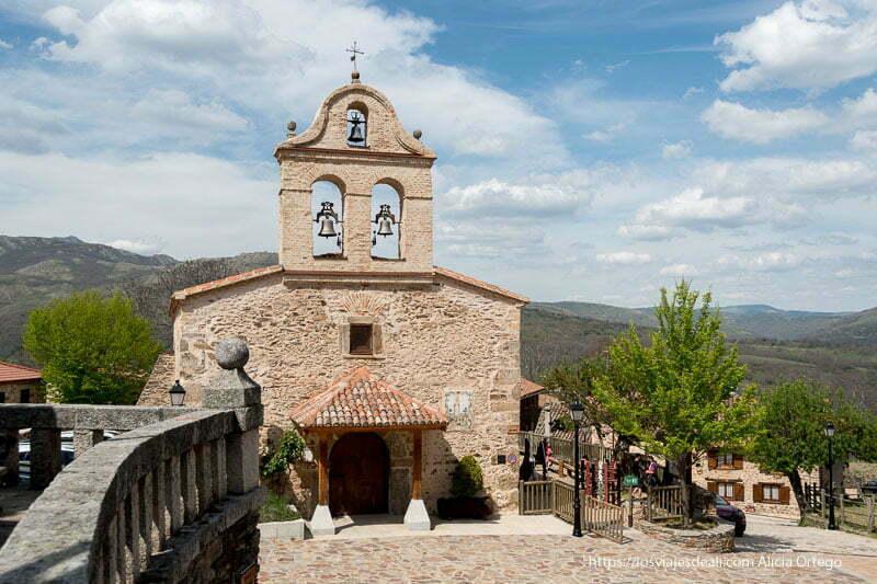 iglesia de la Hiruela con tres campanas y sierra al fondo