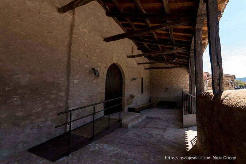 soportal de la iglesia de Prádena del Rincón con techo de madera