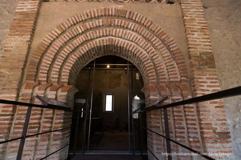 puerta mudéjar con forma de arco apuntado en la iglesia de Prádena del Rincón
