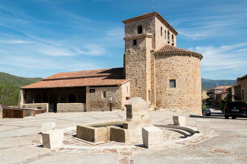 plaza con la iglesia de Prádena del Rincón y una fuente en el centro