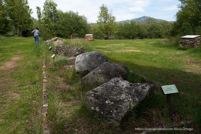 exposición de piedras de la sierra del rincón en la laguna del Salmoral