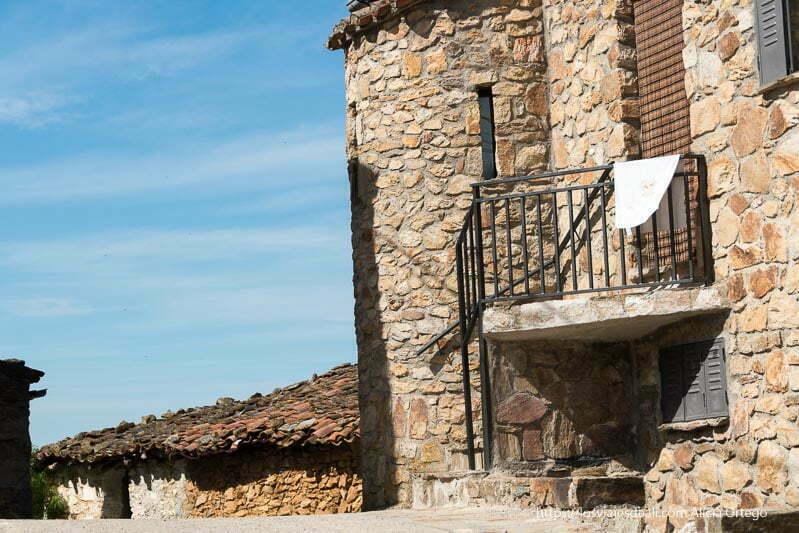 calle de Prádena con casas de piedra y tejados tradicionales