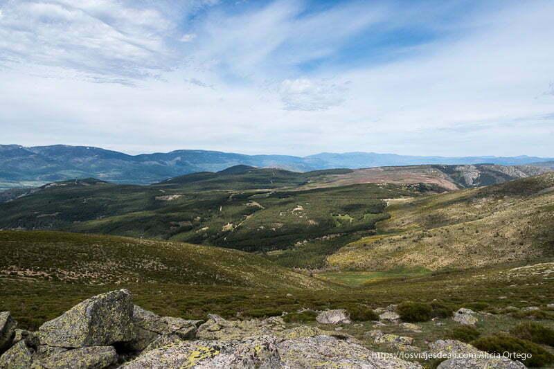 paisaje de montañas cubiertas de verde en la ruta a la loma de los bailanderos