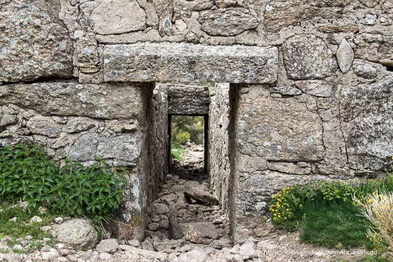 canal de piedra en el antiguo molino que es como una puerta abierta