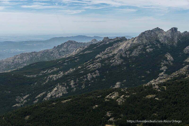 paisaje de cumbres de roca de la pedriza en la ruta a la loma de los bailanderos