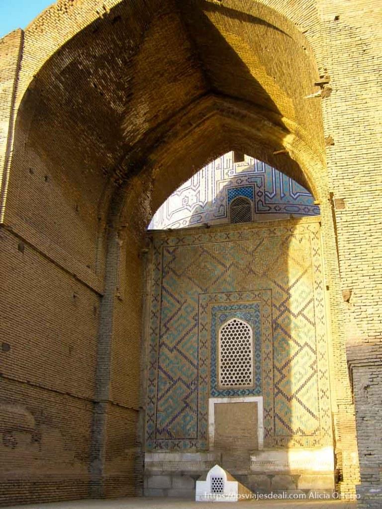 puerta terminada en arco del mausoleo de samarcanda con ladrillo y azulejos en colores azules