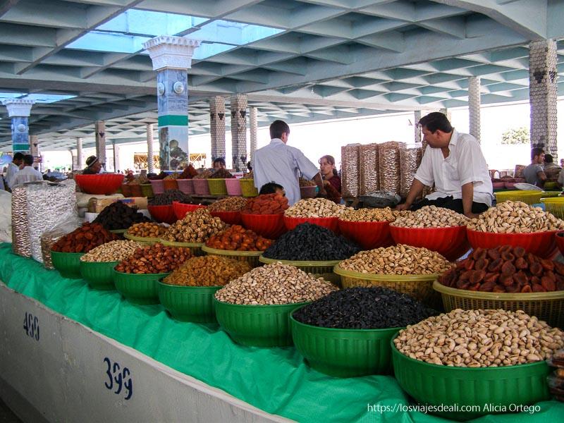 mercado de samarcando con un puesto de frutos secos en grandes barreños