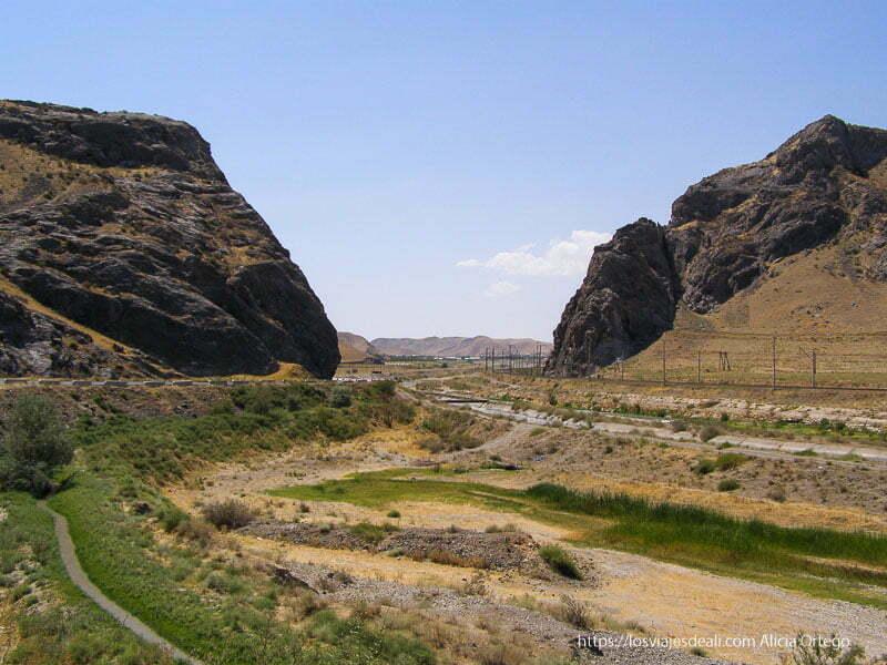 carretera entre dos montañas que fue el paso de alejandro magno en uzbekistan en la ruta de la seda