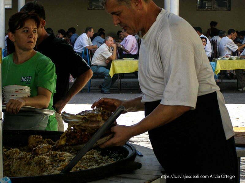 sirviendo plov en la capital de Uzbekistán en la ruta de la seda