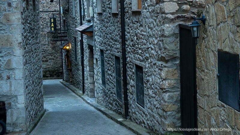 calle de bielsa con casas de piedra