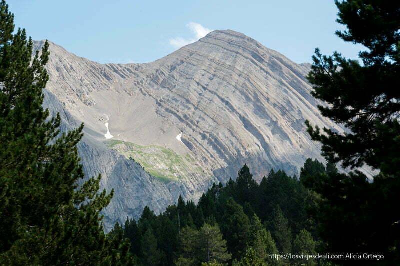 montaña con pliegues rocosos en forma curvada
