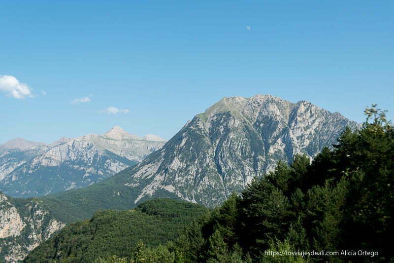 vistas de lo pirineos con la luna en el cielo azul