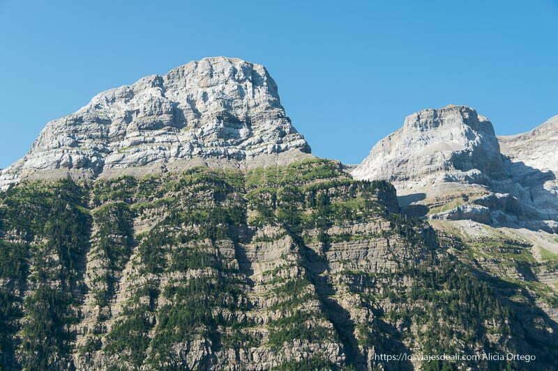 montañas con rocas gigantes en la parte superior y bosques en sus faldas