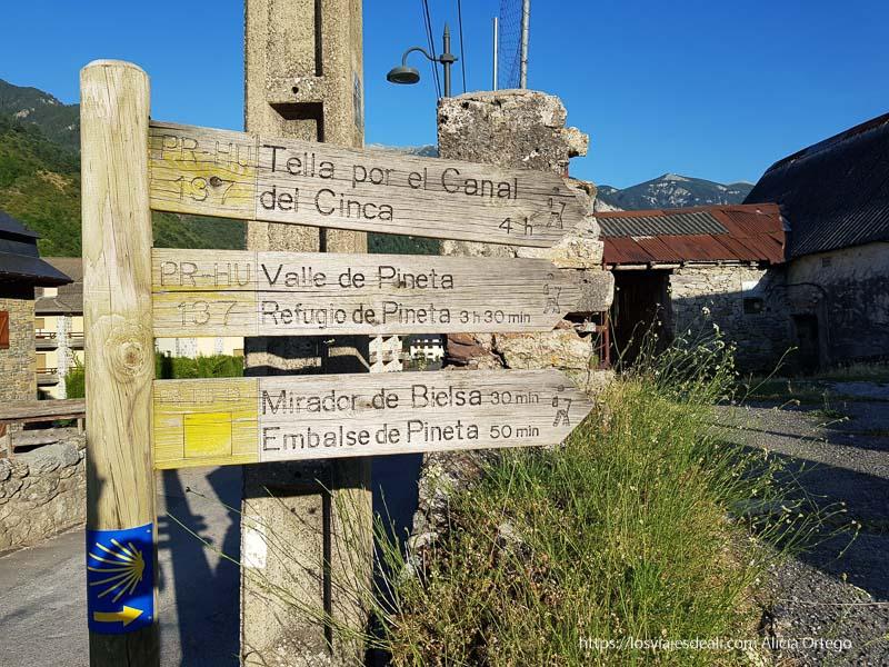 cartel que señala rutas de senderismo desde Bielsa