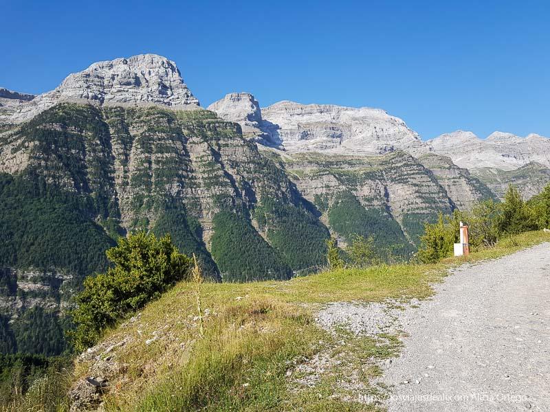 vistas del valle de pineta desde el camino de espierba en los alrededores de bielsa