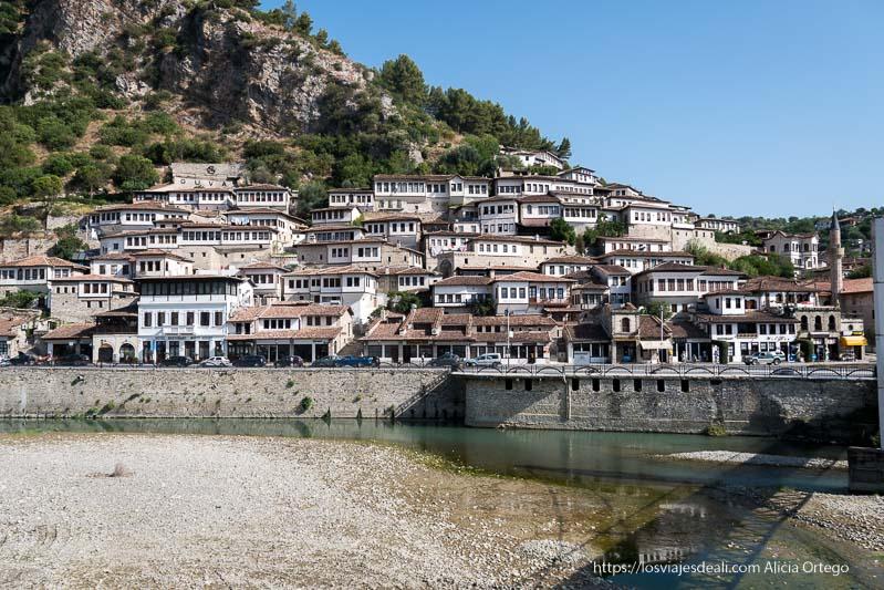 panorámica de Berat de casas blancas con tejados rojos en la montaña y río delante en el viaje a Albania