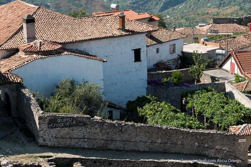 casas con tejas rojas en el castillo de Krujë