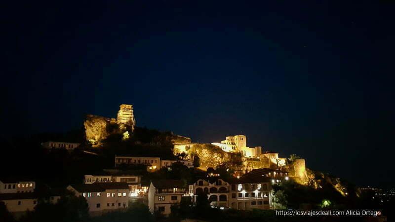 krujë de noche con el castillo y museo iluminados