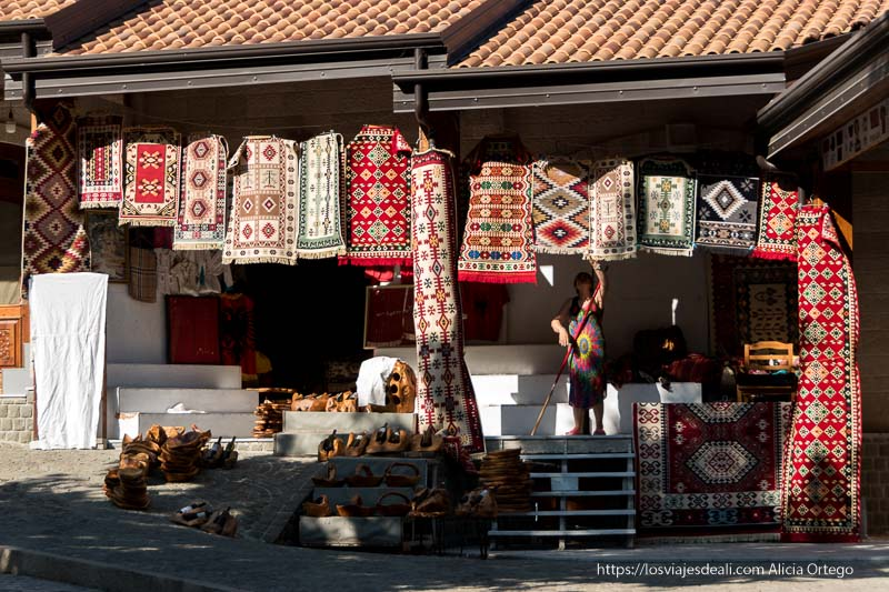 tienda de alfombras tipo kilim con motivos geométricos y colores rojos
